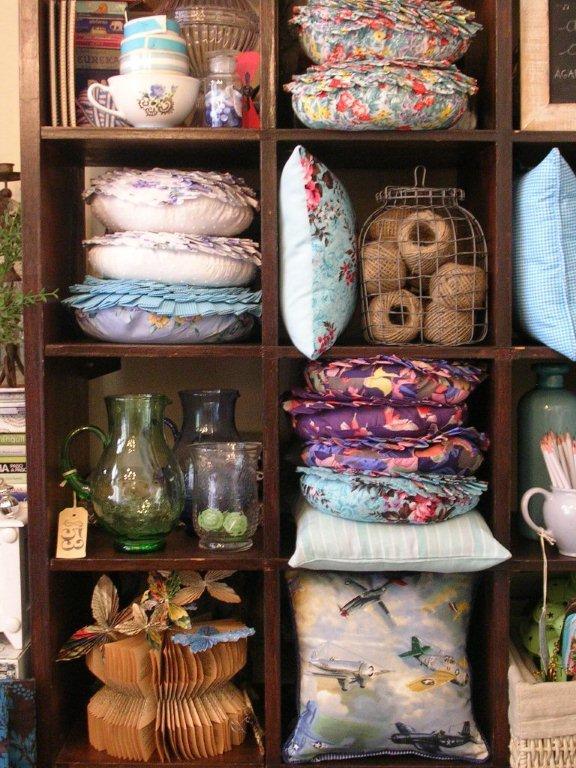 Toma flor sucucho almohadones azules